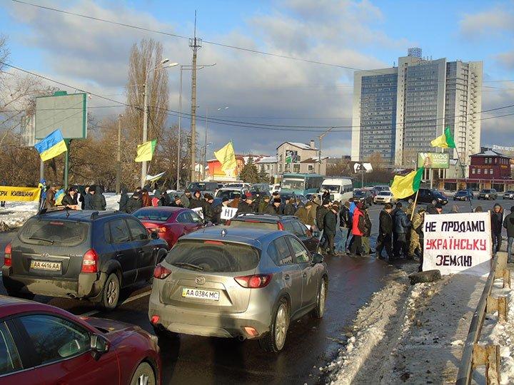 Фермери Київщини зупинили кортеж Порошенка біля Конча-Заспи та висунули свої вимоги до влади
