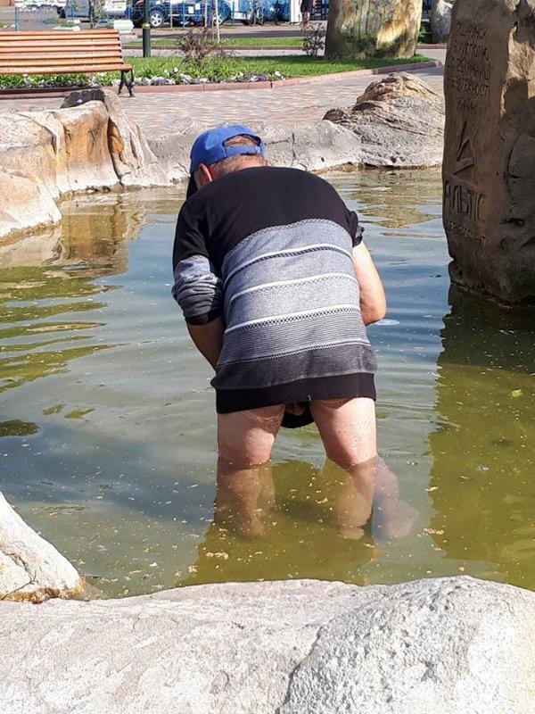 В центрі Борисполя у фонтані з глечиками голий чоловік збирав монети