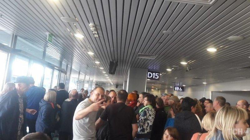 """У """"Борисполі"""" дві сотні пасажирів півдоби чекають вильоту на відпочинок"""