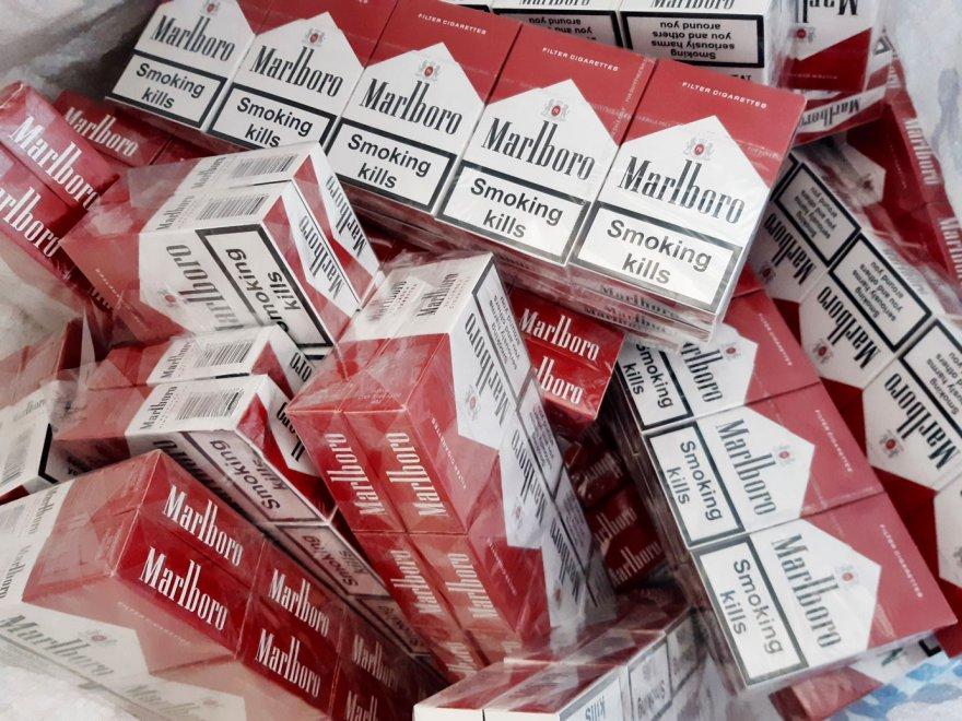Задекларовані книги виявились ... цигарками «Marlboro»