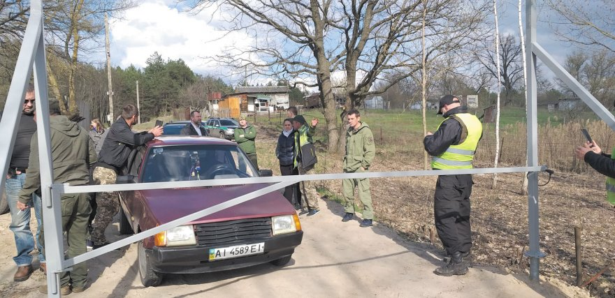 Береги Дніпра заховані за парканами